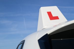 Photo driving lesson L-plate on roof of car